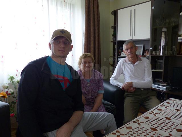 Revenit acasă, alături de părinţii săi