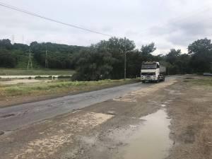 Transport cu nămol mirositor de la stația de epurare, vărsat pe drumul către Termica