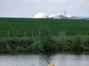 Iazul şi staţia de biogaz, în plan îndepărtat