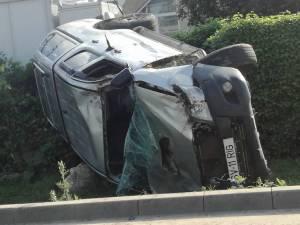 In urma impactului, autoutilitara Toyota s-a rasturnat in santul de la marginea drumului