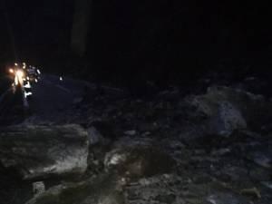 Drumul național Vatra Dornei - Crucea a fost blocat de pietre căzute de pe versant