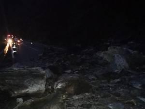 Drumul național Vatra Dornei - Crucea a fost blocat de stânci căzute de pe versant