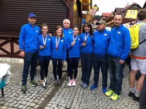 Selecţionerul Silviu Casandra, primul din dreapta, alături de proaspetele medaliate şi de staff-ul său