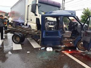Camioneta s-a lovit violent de tir