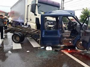 Victimele se aflau în camioneta care a intrat într-un tir