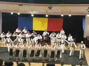 """Artiștii Ansamblului """"Ciprian Porumbescu"""", aplaudați la scenă deschisă la Tg. Mureș"""