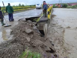 Puhoaiele au distrus o bucată de drum, la Slatina