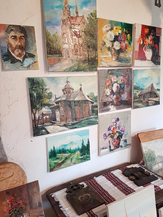 Pereții cabanei din Poiana Dacilor, acoperiți cu creațiile rezultate din tabara de pictură