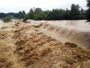 Apele învolburate ale Moldovei au străpuns digul de protecţie a stației de captare Berchișești