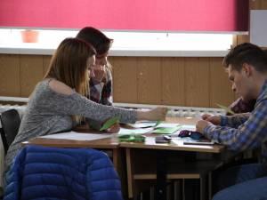Elevii pot răspunde la o serie de întrebări privind problemele cu care se confruntă zilnic