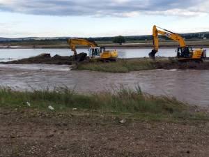Delgaz a săpat două canale pentru scurgerea mai rapidă a apei