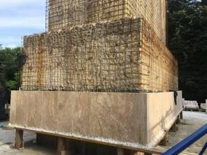 Placarea cu travertin a soclului statuii ecvestre
