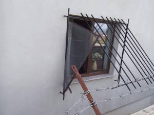 Casa fortăreață spartă de hoți, ieri, în plină zi, la Șcheia