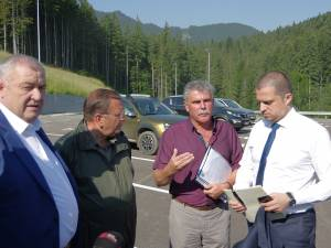 Ministrul Turismului (dreapta) nu mai acceptă nici o zi de întârziere a lucrărilor de la pârtia de schi de pe Rarău