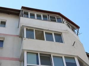 Vecinii spun că borcanele sunt aruncate de la ultimul nivel al blocului 92