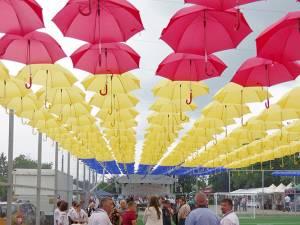 Cupola tricoloră formată din sute de umbrele roşii, galbene și albastre