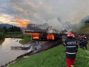 Casa de vacanţa a pădurarului Mihai Boşutar, incendiată intenţionat de cei doi Sursa foto: www.stirisuceava.net