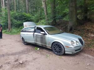 Autoturismul Jaguar înmatriculat în Marea Britanie care a fost incendiat de contrabandist