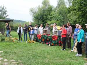 O parte dintre participanții Taberei Internaționale a Meșterilor Populari care a început la Păltinoasa