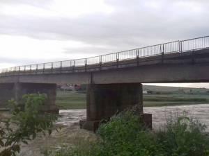 Podul din Milișauti, peste râul Suceava, a fost afectat de inundaţii