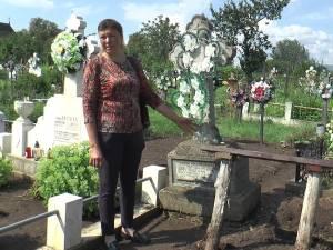Una dintre cele doua cruci masive din beton a dispărut din cimitirul din Arbore