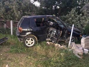Impactul a fost deosebit de violent, maşina trecând prin temelia gardului