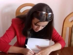 """Lansarea volumului de poezie de debut """"Paisprezece vieţi şi încă o eternitate"""" al elevei Sorina Rîndaşu"""