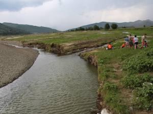 Un cotlon al râului Moldova, de regulă inofensiv, cu apă de cel mult jumătate de metru, s-a transformat, după precipitațiile abundente, în capcană mortală