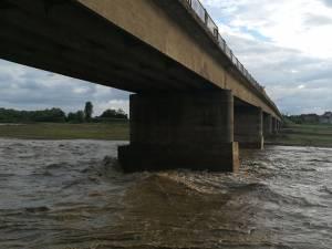 Au început lucrările de construcţie a unui pod provizoriu pentru râul Suceava, la Milișăuți
