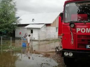 Guvernul va aloca 25.000 de lei pentru cinci familii din judeţul Suceava afectate de inundaţii