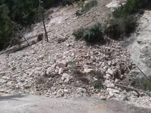 Drumul dintre Frasin și Broșteni a fost blocat la Holda de o alunecare de teren