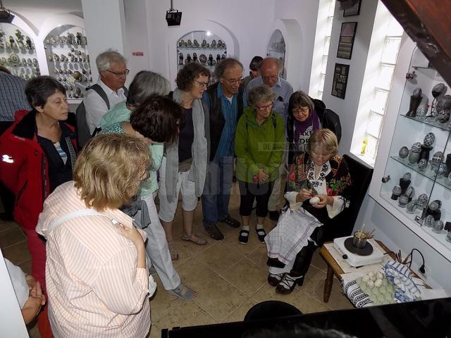 """Un grup de belgieni a vizitat Muzeul Ouălor """"Lucia Condrea"""" din Moldovița"""