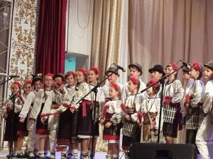 """Ansamblul """"Mlădiţe Bucovinene"""" de la Şcoala Gimnazială Nr. 8 Suceava, premiat la Cernăuţi"""
