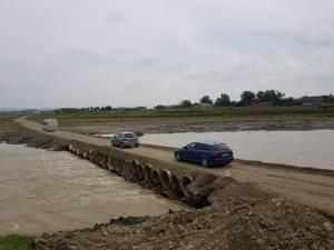 Se circulă pe podul provizoriu de la Milișăuți