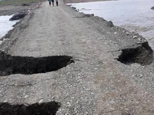 Circulația pe podul provizoriu de la Milișăuți a fost oprită după ce a fost afectat de o viitură pe râul Suceava