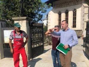 """Viceprimarul Lucian Harșovschi a luat decizia ca trotuarul din jurul Bisericii """"Sf. Dumitru"""" să fie în nuanță gri, după discuțiile cu reprezentanții acesteia"""