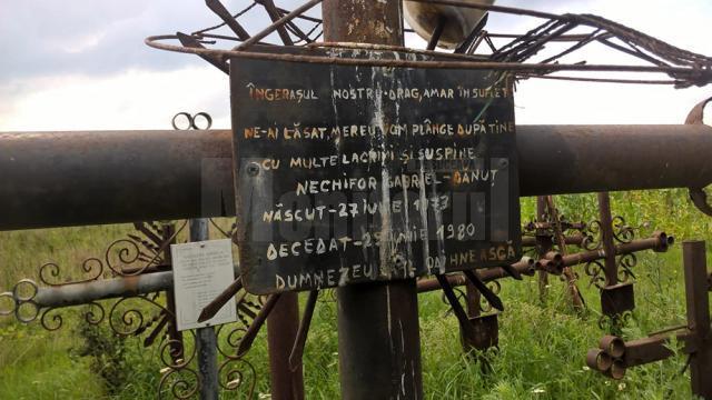 O cruce de pe malul mlaştinii aminteşte despre moartea unui copilaş de numai 7 ani