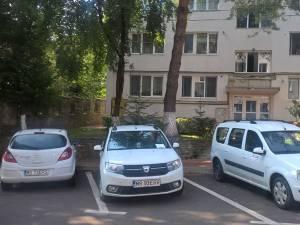 Masinile Delgaz, parcate ieri dimineaţă pe strada Ciprian Porumbescu