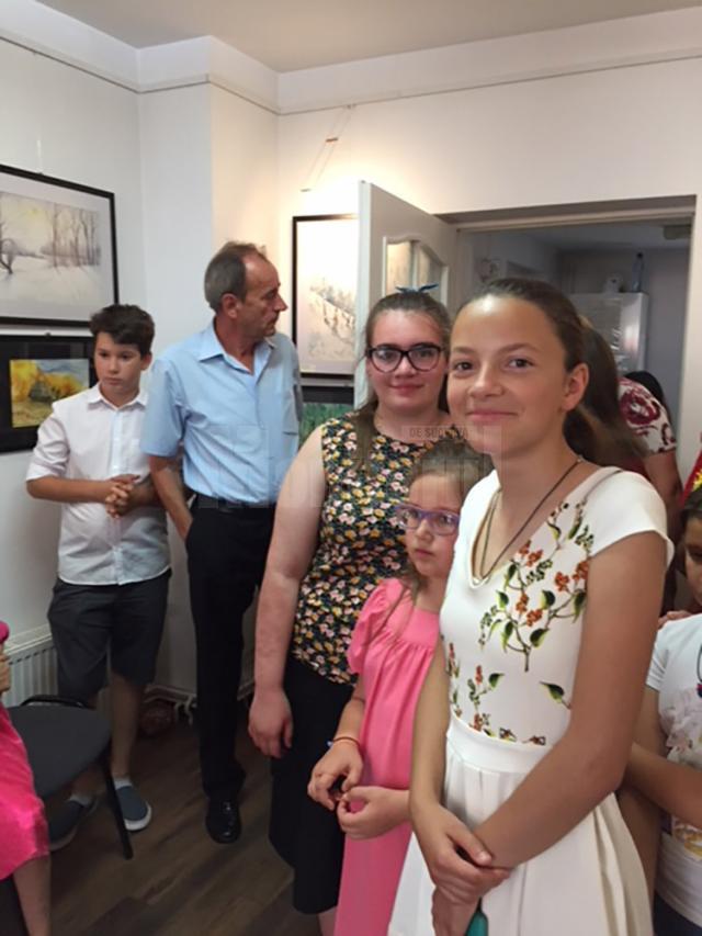 """Copii de la Aşezământul """"Sfântul Ierarh Leontie"""" din Rădăuţi, într-o tabără de pictură la Bazna"""