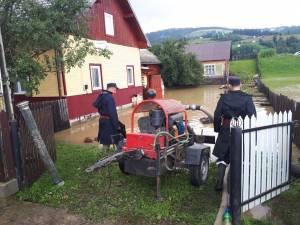 pompierii au actionat pentru scoaterea apei din 2 gospodarii din Vatra Moldovitei