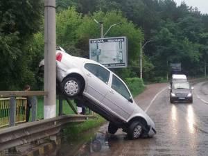 S-a urcat cu autoturismul pe un stâlp, în urma unei manevre greșite