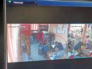 Camerele de supraveghere montate în interior l-au filmat pe un bărbat în jurul vârstei de 50 de ani care fură din casa de marcat o anumită sumă de bani