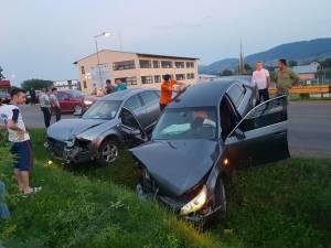În urma impactului frontal dintre autoturisme, doi tineri au fost răniţi