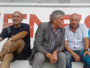 Daniel Surpatu, Mihăiţă Negură, Aurel Ţicleanu şi Radu Caşuba, în tribunele stadionului Rarăul