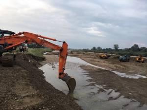 Ieri s-a intervenit de urgenţă pentru a repara digul afectat de inundaţii
