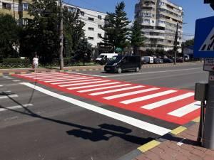 Noua trecere de pietoni este colorată într-un roşu intens, peste care au fost trasate dungile albe