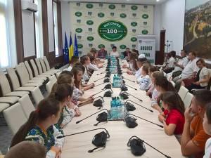Peste 36 de elevi de etnie română din Cernăuţi participă la o tabără de creaţie în judeţul Suceava