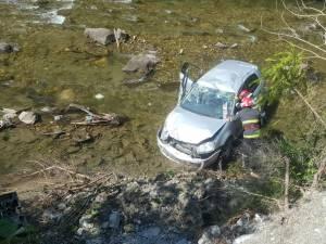 Accidentul cu maşina răsturnată în râul Bistrița