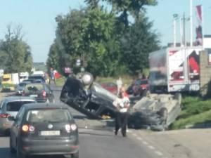 Două dintre maşini s-au răsturnat