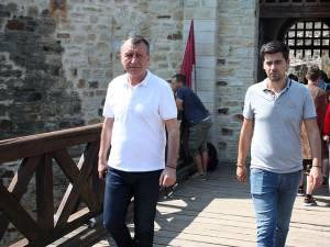 Vicepremierul Paul Stănescu (stânga) a vizitat Cetatea de Scaun a Sucevei